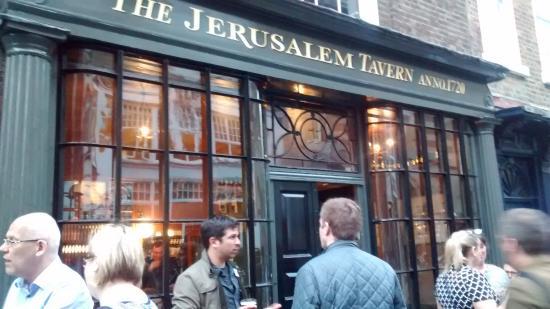 los fumadores fuera del Jerusalem Tavern