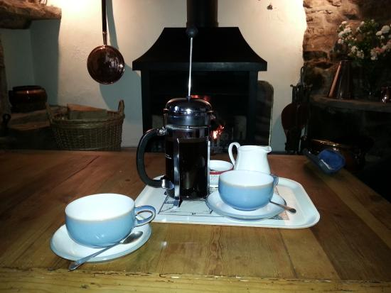 Preston-under-Scar, UK: Coffee served in Hawthorns cosy lounge