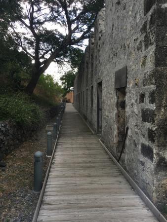La Possession, La Reunion: L'arrière des dortoirs avec l'accès à l'exposition