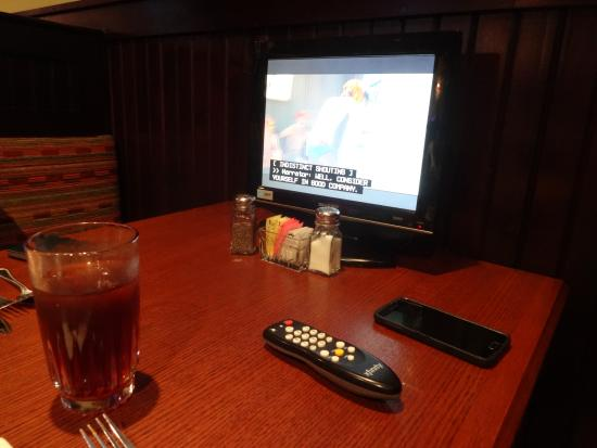Alumni House Sports Grill: Each booth has a TV