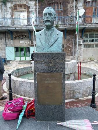 Bejaia, Algeria: Le buste du président manuel