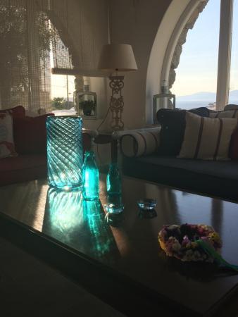 Pelican Hotel: Sunlit glass in lobby