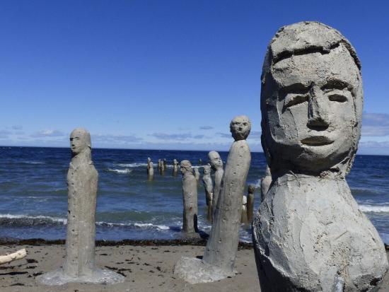 restaurant auberge du centre d'art marcel gagnon: Statues s'enfonçant dans la mer ...