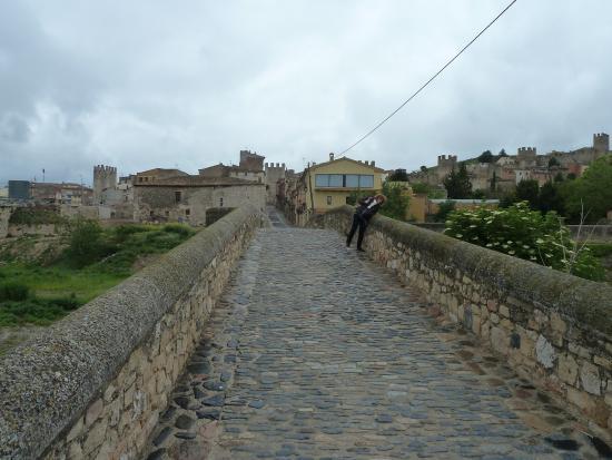 Montblanc, Spain: El puente viejo es un antiguo acceso a las murallas de la ciudad.