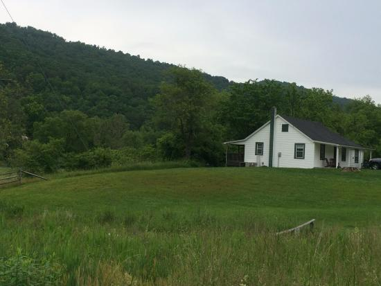 Meadow Lane Lodge & Cottages: View of Jackson Cottage from fly fishing parking area