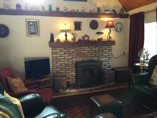 An Caladh Gearr Thatch Cottage B+B: cozy sitting room