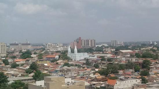 Barrio y Templo Santa Lucía : Iglesia Santa Lucía con la Basílica de Maracaibo detrás