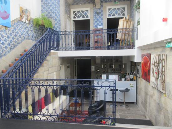 Gallery Hostel: En esta foto vemos la entrada al hall, y pasando por el bar, la entrada en el comedor.
