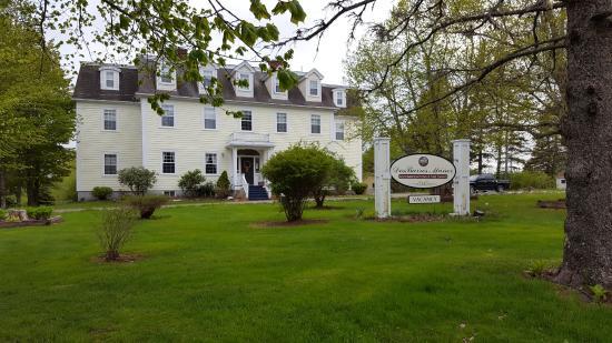 DesBarres Manor Inn: Early June