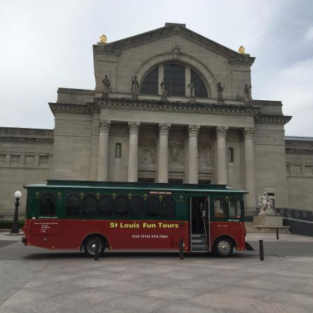 St. Louis Fun Trolley Tours : Trolly in front of the Museum in Forest Park
