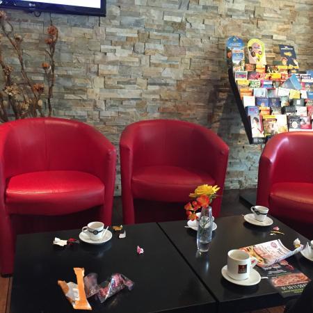 Comfort Hotel Poissy Technoparc : Messy lobby