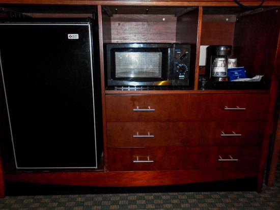 Best Western Plus Governor's Inn: Room refrigerator and microwave.