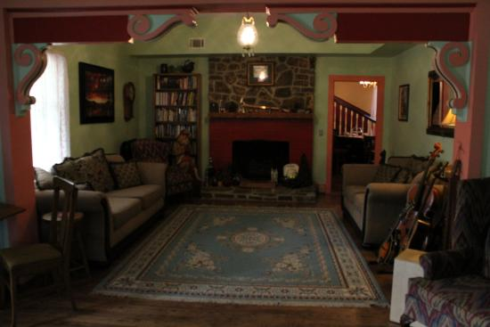 Ozark Country Inn Bed & Breakfast: Parlor area with instruments to play. Just pick one up and start picking!