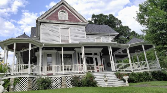Eagle Hill Manor Bed & Breakfast: The front porch is even more inviting than it looks!!