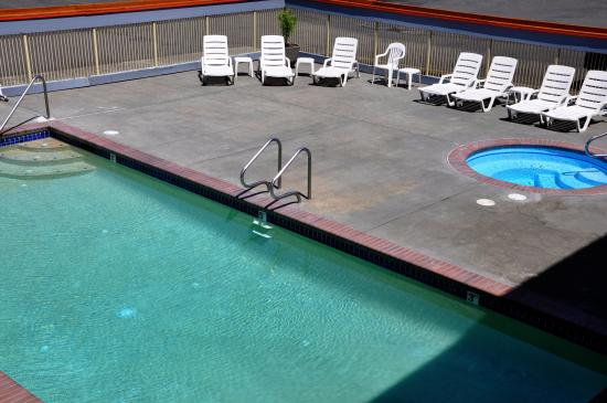 Harborside Inn: Pool and Hot Tub