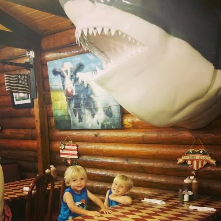 LaBelle, Floryda: Hanging with the Sharks and Cows at The Log Cabin BBQ.