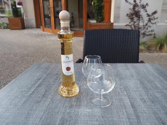 Villa Lara Hotel: enjoying a snifter of Calvados on hotel grounds