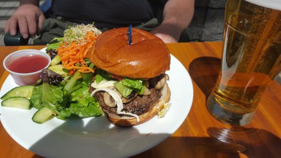 The Yard & Flagon Pub: Elk Burger and salad