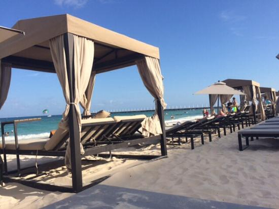 Acanto Hotel & Condominiums: Short walk to this beach with cabana's great day!