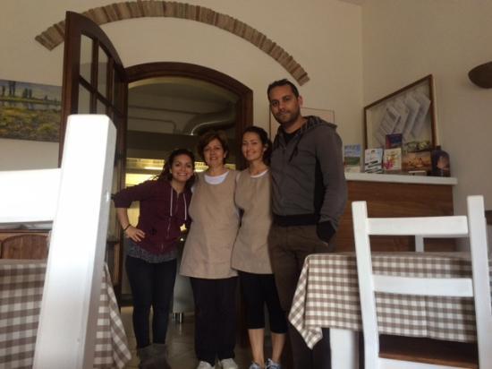 Agriturismo Vallerana: noi insieme alla proprietaria Giulia e a sua mamma Antonella
