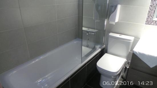Neptune Hotel Apts.: Renovated bathroom