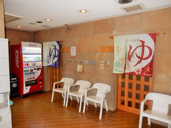 Fukui Hotel: 地下浴場入口 貴重品ロッカーがあります