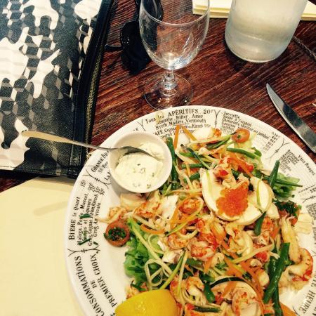 Salade d'écrevisses, julienne de légumes et champignons de Paris.