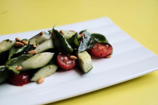 Badias Schirn Cafe Restaurant: Dak Dak Salad. Israelischer Tomaten-Gurken Salat, Zitronenzeste, Pinienkerne, Minze