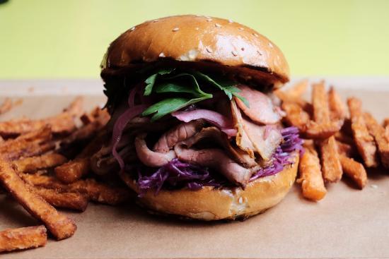 Badias Schirn Cafe Restaurant: Brisket Burger, Hauchdünne Rinderbrust, Barbecue, Rotkohlsalat, eingelegte Zwiebel & Süßkartoffe