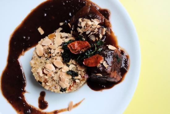 Pork belly Tagine. Schweinebauch, 12 h gegart, Chermoula, Pflaume, Mandeln, Israel. Graupen Cous