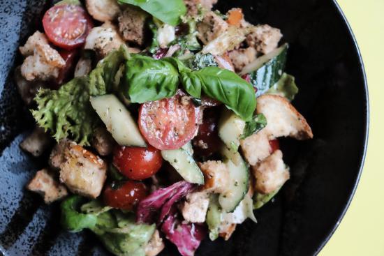 Panzanella Salat, Brotsalat, Tomate, Mozzarella, Gurke, rote Zwiebel, Petersilie, Basilikum