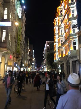 Palmiye Restaurant Istanbul : la rue piétonne Istiklal Cd