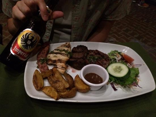 Seven Cave Bar & Grill: Surf and turf.