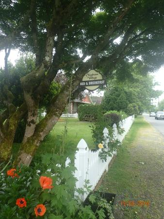 Clayburn Village Bed and Breakfast: Grassy shoulder for parking off street