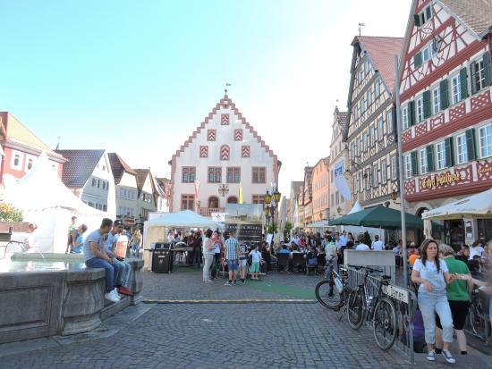 Engel-Apotheke: vista da praça principal e restaurante