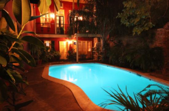 Olivier House Hotel: Pool Courtyard at Night