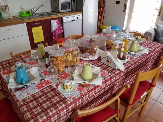tavolo in cucina apparecchiato per la colazione - Foto di Marameo ...