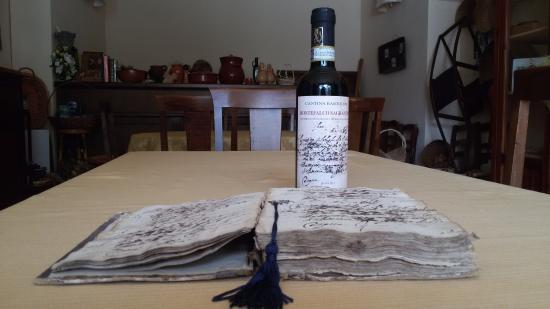 Agriturismo Castrum Normanno: Il passito Sagrantino e il manoscritto da cui è tratta l'immagine dell'etichetta