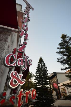 Senfoni Cafe & Bistro