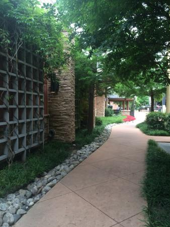 Winewood Grill: Walkway from parking