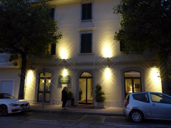 Hotel Arnolfo & Aqua Laetitia Spa & Beauty : Front of hotel at night