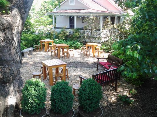 Hopkins Ordinary Bed & Breakfast: Come enjoy our shady, outside space with a beer!