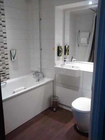 Premier Inn Norwich City Centre (Duke Street) Hotel: Bath and shower.