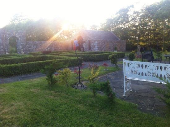 Kilmaine, Irlanda: Patio with wedding chapel in view.