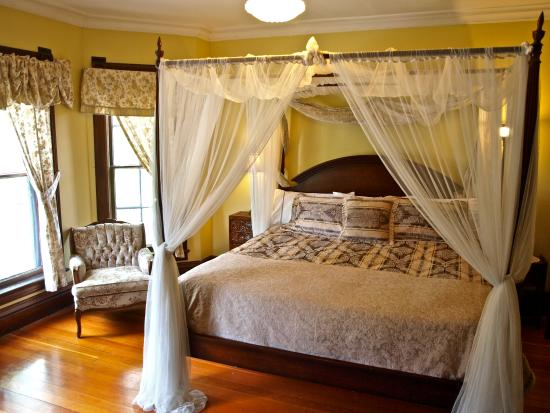 Mustang Bed and Breakfast: The Royal Suite features a four poster bed with king size pillow top mattress