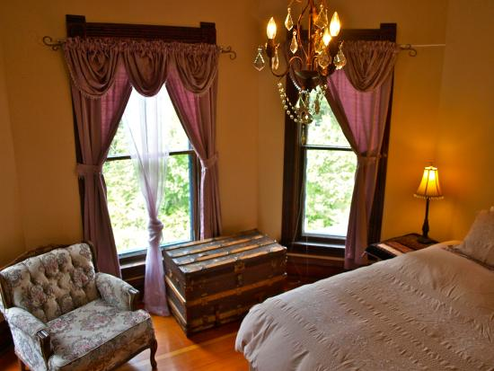 Mustang Bed and Breakfast: The Forest View Room has a king size bed that can be split into two singles if needed