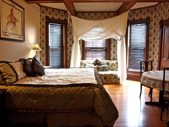 Mustang Bed and Breakfast: The Sunrise Room has a king size bed that can be split into two singles if needed