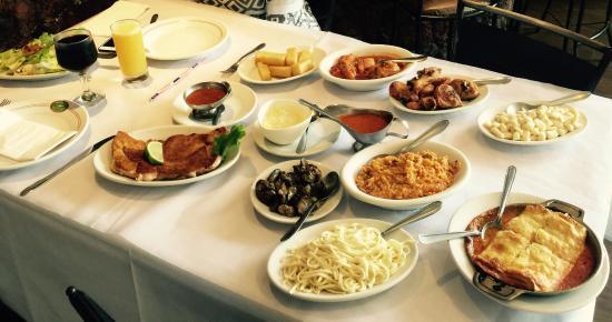 mesa farta com comida deliciosa e servi o r pido foto