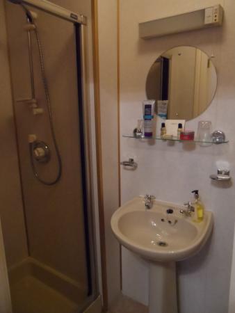 Acorn House Hotel: En suite with shower cubicle