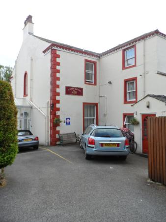 Acorn House Hotel : Main entrance to hotel - quite understated but ample parking